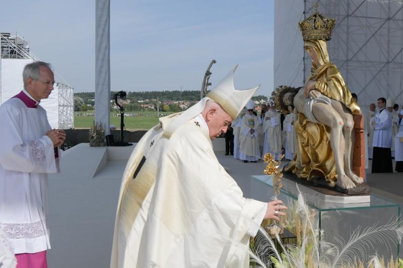Deux roses d'or pour Notre Dame, Sastin (Slovaquie) © Vatican Media