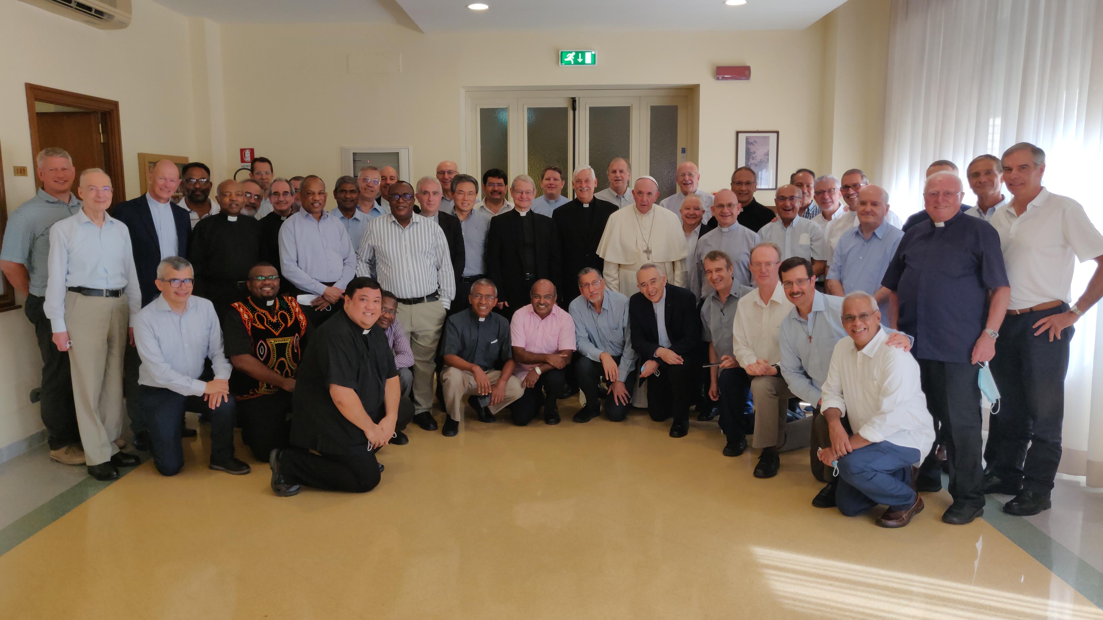 Le p. Arturo Sosa accueille le pape François ©Twitter @JesuitsGlobal
