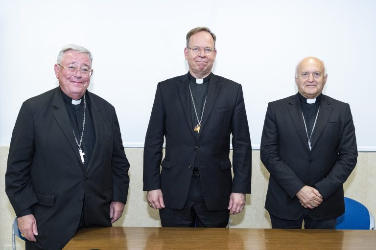 Mgr Grusas, le card. Hollerich et Mgr Német ©CCEE