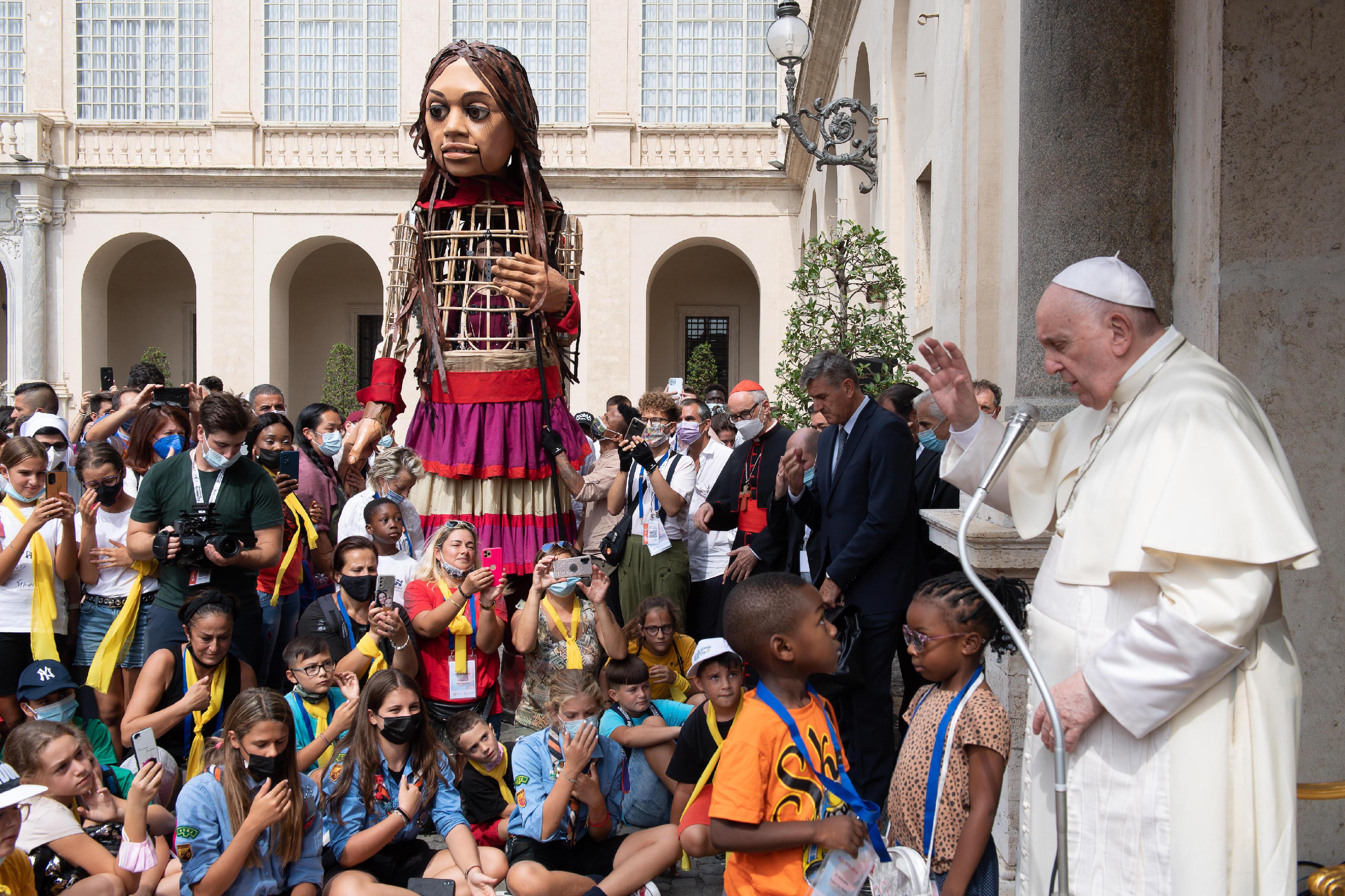 Accueil de la marionnette Amal pour les réfugiés © Vatican Media