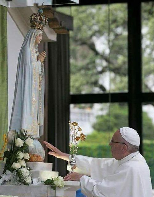 Le pape François offre une rose d'or à la Vierge de Fatima, 2017 © Vatican Media