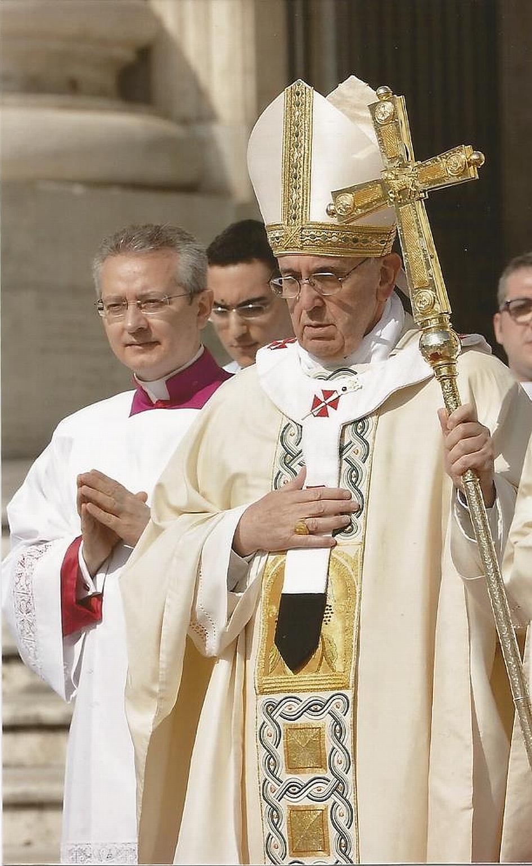 Mgr Ravelli à droite du pape François © Vatican Media